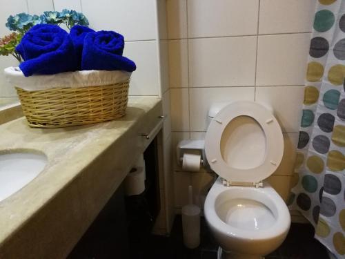 Un baño de Apartamentos Santiago Centro R&M