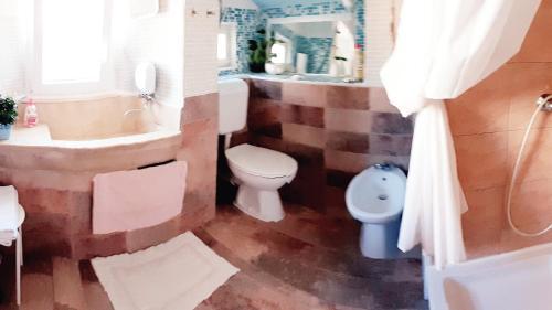A bathroom at Atelier Tina Art Homes