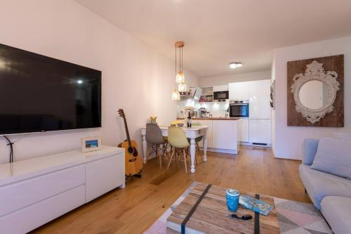 A television and/or entertainment centre at Messe und City Apartment mit 25 m² Garten Lounge