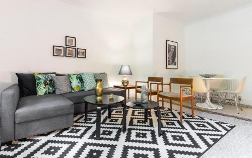 Uma área de estar em Kensington Church Street Apartment