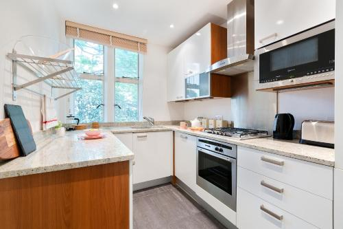 A cozinha ou cozinha compacta de Kensington Church Street Apartment