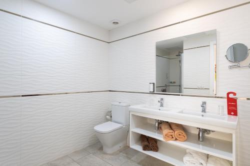 Ett badrum på Holiday Club Playa Amadores