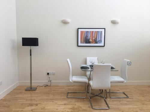 A television and/or entertainment center at Luxury 2 Bedroom apartment good for London and Stansted