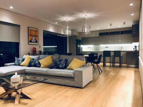A seating area at Luxury & Stylish Family Apartment
