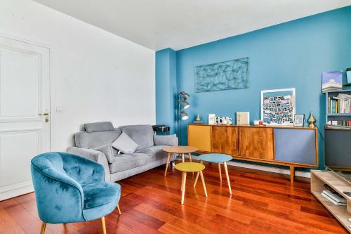 A seating area at Cozy apartment for 4 people near Buttes Chaumont