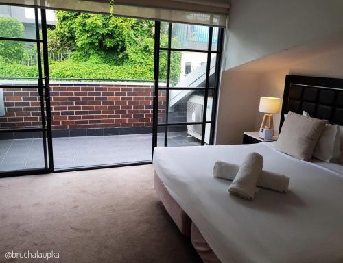 Кровать или кровати в номере Wentworth Park Apartments
