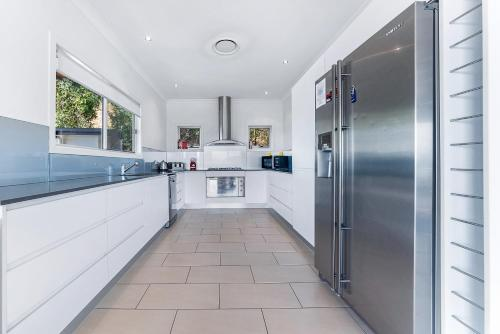 A kitchen or kitchenette at Viewpoint Holiday Home - Cannonvale