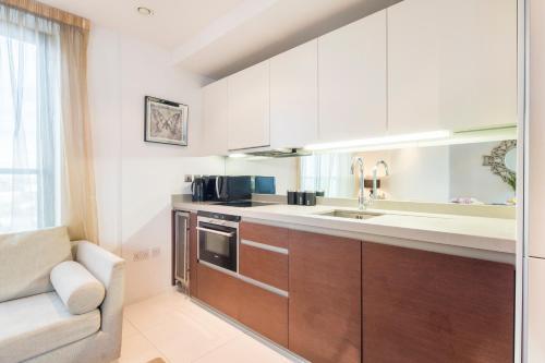 Kjøkken eller kjøkkenkrok på Modern Apartment In Canary Wharf / O2 / Docklands by Boutique Apartments