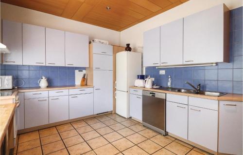 A kitchen or kitchenette at Stunning home in Gargellen w/ 8 Bedrooms