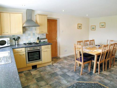 A kitchen or kitchenette at Whitehouse Cottage