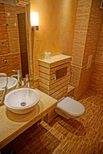 A bathroom at Golden Rainbow Beach Aparthotel