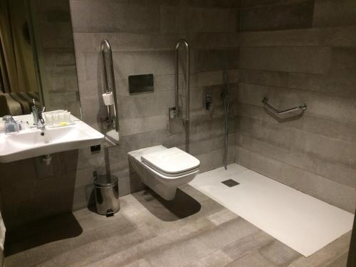 Een badkamer bij Cathedral Suites Hotel
