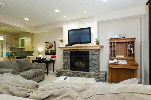 A television and/or entertainment centre at Exec Suite Ideal for Families