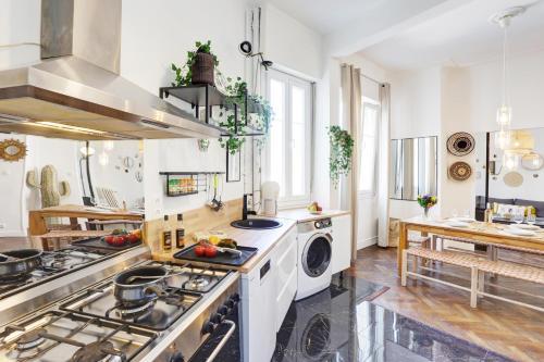 A kitchen or kitchenette at Le st francois - GORGEOUS APT ART-DÉCO,LIFT, A/C, 20 METERS BEACH