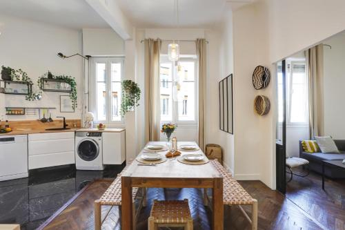 A restaurant or other place to eat at Le st francois - GORGEOUS APT ART-DÉCO,LIFT, A/C, 20 METERS BEACH