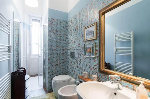 A bathroom at Taramelli Apartment