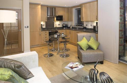 A kitchen or kitchenette at The Crescent Apartment - Maidenhead Town