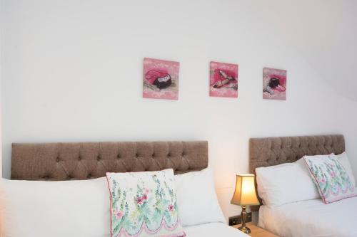 A bed or beds in a room at One BR Flat West Kensington-Olympia