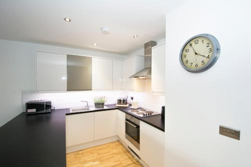 A kitchen or kitchenette at One BR Flat West Kensington-Olympia