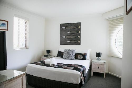 A bed or beds in a room at Osprey Apartments