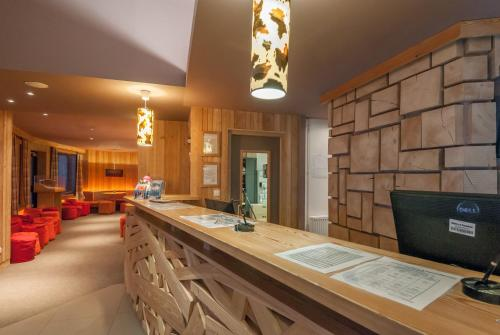 The lounge or bar area at Skissim Select - Résidence Atria-Crozats 4* by Travelski
