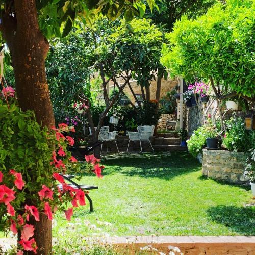 Tavolo Giardino Delle Parole Prezzo.Giardino Delle Zagare Piazza Armerina Prezzi Aggiornati Per Il 2020