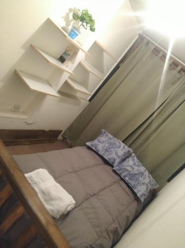 Una cama o camas en una habitación de Departamento en el corazón de Mendoza