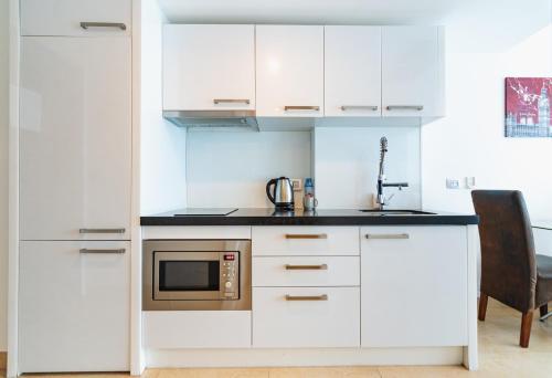 Кухня или мини-кухня в Central Avenue Residences by Pattaya Holiday