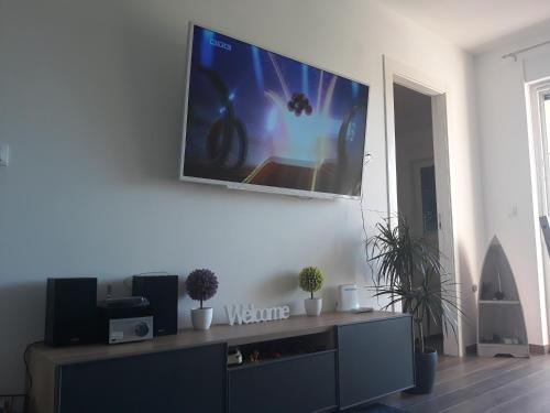 A television and/or entertainment centre at Apartman DA-DO, Čižići, Krk