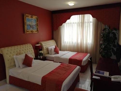 Letto o letti in una camera di Al Maha Regency Hotel Suites