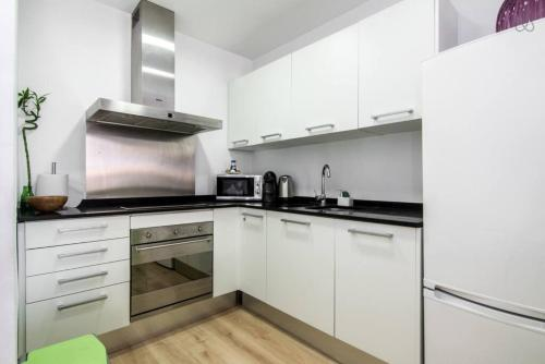 A kitchen or kitchenette at Ondina Suites Sagrada Familia