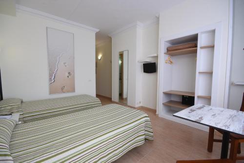 Een bed of bedden in een kamer bij Apartamentos Tinoca