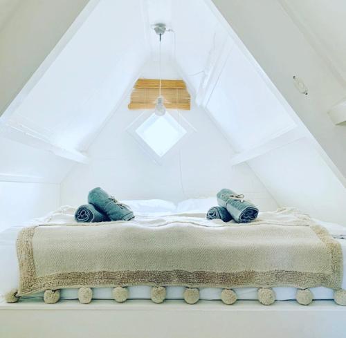 A bed or beds in a room at ELSK Cottage