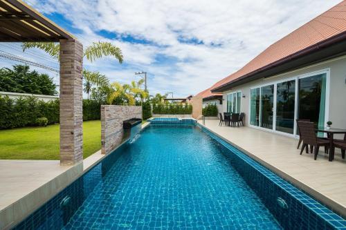 สระว่ายน้ำที่อยู่ใกล้ ๆ หรือใน The Ville Jomtien Pool Villa