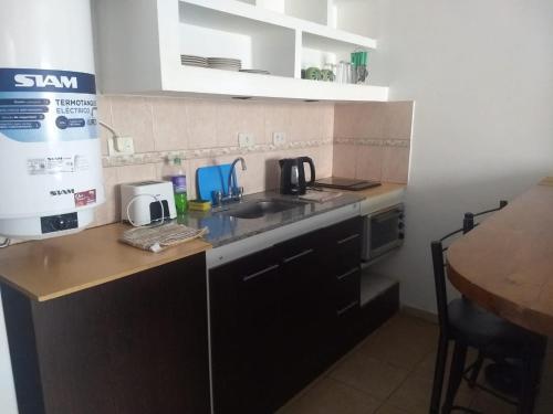 Una cocina o kitchenette en Dptos el parque