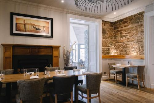 A restaurant or other place to eat at The Glen Mhor Apartments