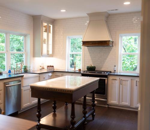 A kitchen or kitchenette at The Henry Carriage House