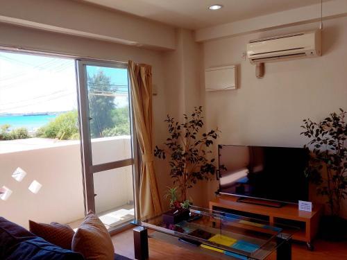 かりゆしコンドミニアムリゾート金武 ビーチサイドハウス グラシアにあるテレビまたはエンターテインメントセンター