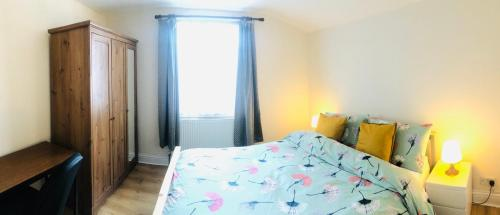 A bed or beds in a room at Spacious flat in Harrow