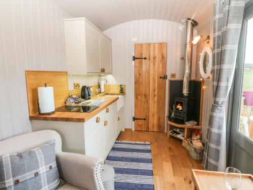 A kitchen or kitchenette at Cassie's Shepherd's Hut