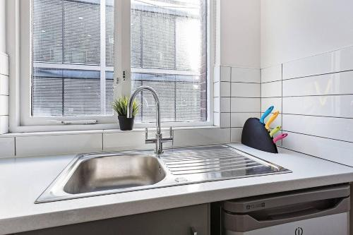 A kitchen or kitchenette at Modern 2BR First Floor Flat In Liverpool Central