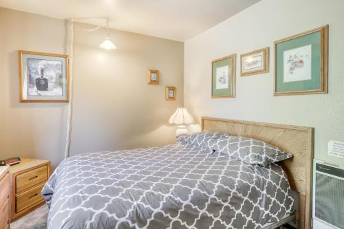 A bed or beds in a room at La Vista Blanc 19
