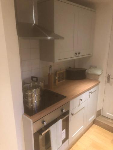 A kitchen or kitchenette at One Bedroom Groundfloor Apartment