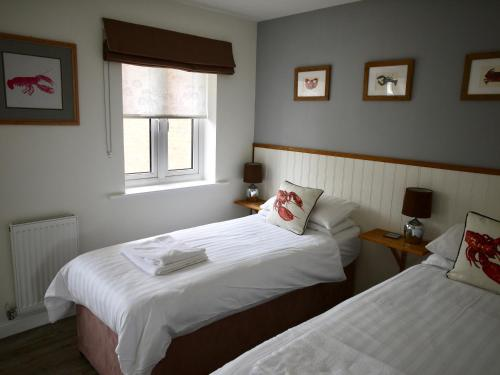 A bed or beds in a room at Let's Unwind Cottages - The Salty Dog & Rock Lobster