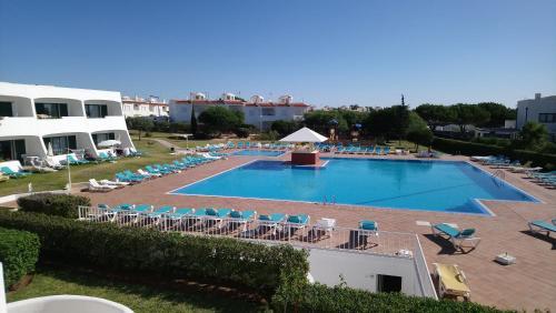 Uitzicht op het zwembad bij Quinta Das Figueirinhas & Quintinha Village of in de buurt