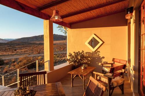 A restaurant or other place to eat at Karoo View Cottages