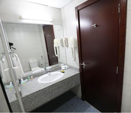 Uma casa de banho em Parkside Hotel Apartment