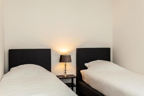 A bed or beds in a room at Museumpark Apartments