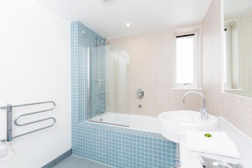 A bathroom at Roomspace Serviced Apartments - Kew Bridge Court