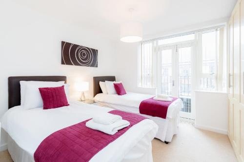A bed or beds in a room at Roomspace Serviced Apartments - Kew Bridge Court